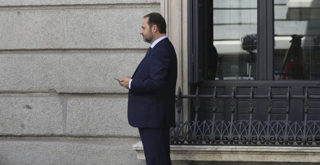 El portavoz del PSOE, José Luis Ábalos, en el patio del Congreso tras su intervención respondiendo al líder de Podemos, Pablo Iglesias, durante la segunda jornada del debate de la moción de censura contra Mariano Rajoy. EFE/Sergio Barrrenechea