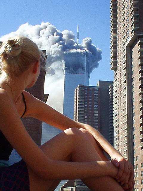 yerawizardharry:  9/11/01Australian model caught distracted during a photo shoot when the first plane hit tower 1.  wow, this is amazing.