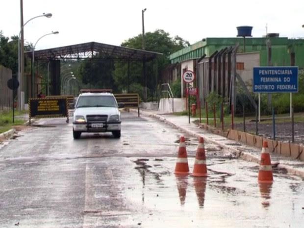 Fachada da Penitenciária Feminina do DF, conhecida como Colmeia (Foto: TV Globo/Reprodução)