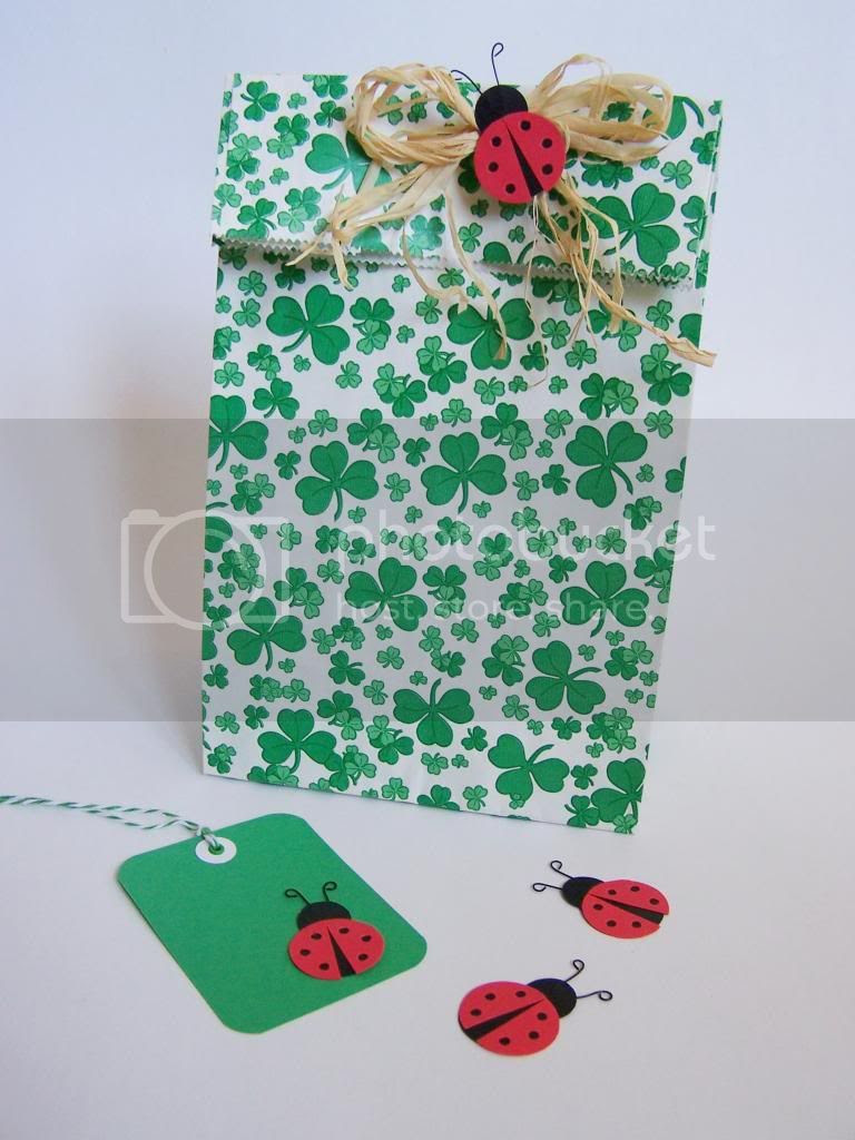 http://madebyjoey.blogspot.ca/2013/03/st-patricks-day-crafting-3-mini-paper.html