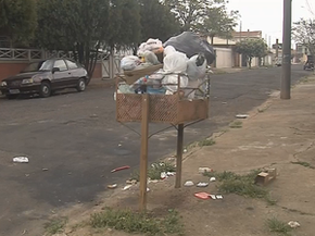 Lixo se acumula nas ruas de Marília (Foto: Reprodução/TV TEM)
