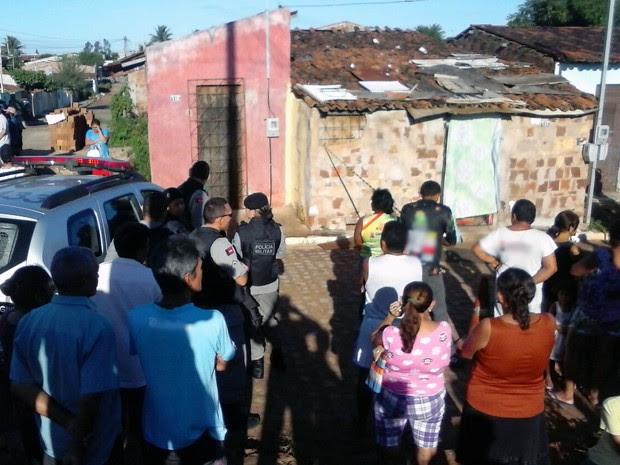 Polícia suspeita de que casal tenha sido morto em outro lugar e depois os assassinos levaram os corpos para a residência (Foto: Volney Andrade/TV Cabo Branco)