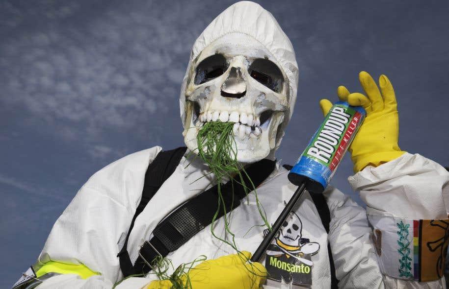 Un manifestant participant à un rassemblement organisé à Paris en mai2016 pour dénoncer les pratiques de Monsanto.