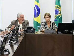 Dilma e o ministro Jaques Wagner receberam governadores do Nordeste (Foto: Roberto Stuckert/PR)