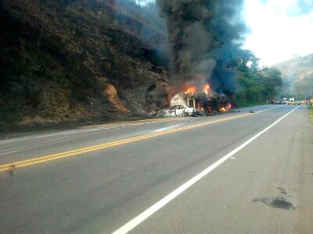 Acidente envolvendo caminhão-tanque e carros deixa mortos na BR-116, na Zona da Mata de MG  (Foto: Divulgação / Polícia Rodoviária Federal)