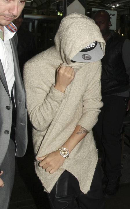 Justin Bieber cobre o rosto ao deixar a comemoração do seu aniversário de 19 anos