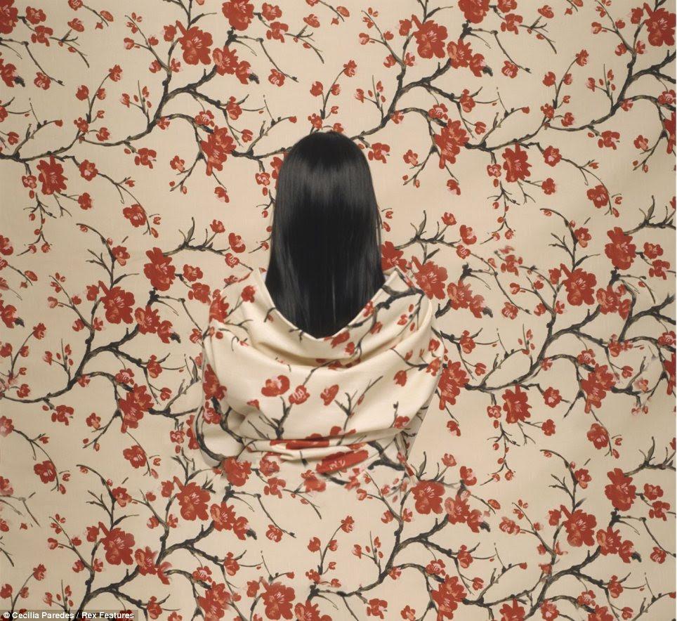 Agora você vê-la: Muitas vezes o cabelo Cecilia Paredes 'é a única coisa que lhe dá forma afastado em sua arte