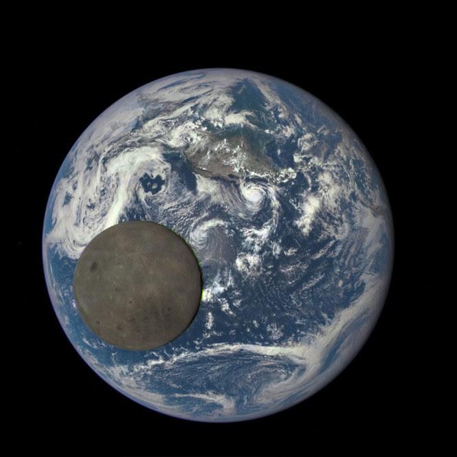Η NASA κατέγραψε την σκοτεινή πλευρά της Σελήνης καθώς περνούσε μπροστά από την Γη | Φωτογραφία της ημέρας