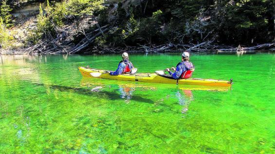 Recorrer Los Alerces desde el agua es una experiencia inolvidable.
