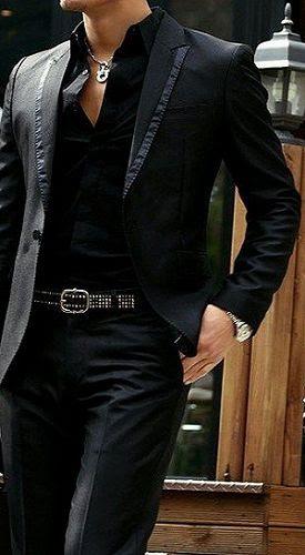 Gentleman. Nunca te vistas así. No se si empezar por el colgante, la camisa abierta, el cinturón o el raso de la solapa. Parece un capo el amigo.