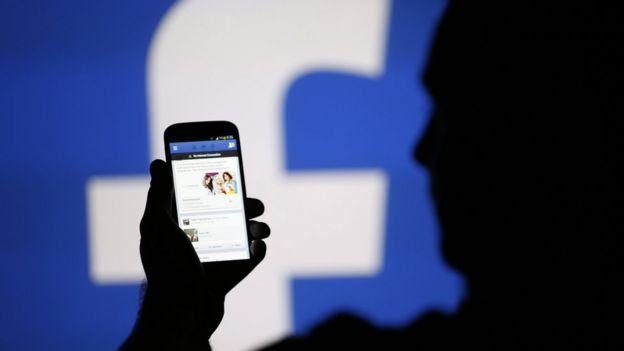 Pessoa usando o Facebook