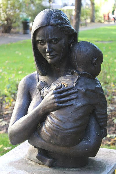 File:Mother and child sculpture, Queen Square.JPG