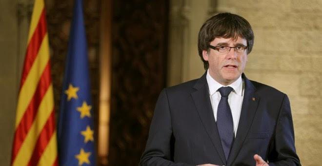El president de la Generalitat, Carles Puigdemont, durante su mensaje de respuesta a las medidas de suspensión del autogobierno de Catalunya / EFE