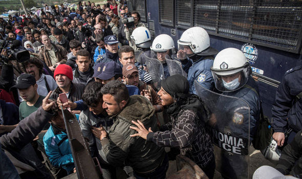 Migrant crisis: Macedonia police fire tear gas at migrants