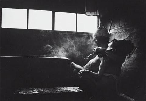 Bức ảnh chụp mẹ đang tắm cho con gái mắc bệnh Minamata (Ảnh của nhà báo nổi tiếng William Eugene Smith).