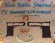 La torta per Nino Spagnuolo con la frase di Scarface e le pistole di cioccolato