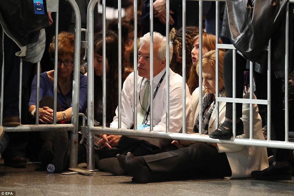 As pessoas na multidão em 2016 resultados US presidencial Eleição Noite evento relógio de Hillary Clinton começam a entrar em uma tela grande no Centro de Convenções K. Javits Jacob em Nova York