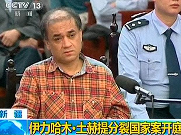 Imagem mostra Ilham Tohti sentado durante seu julgamento que ocorreu entre os dias 17 e 18 de setembro em Urumqi, na região de Xinjiang (Foto: Reuters/CCTV)