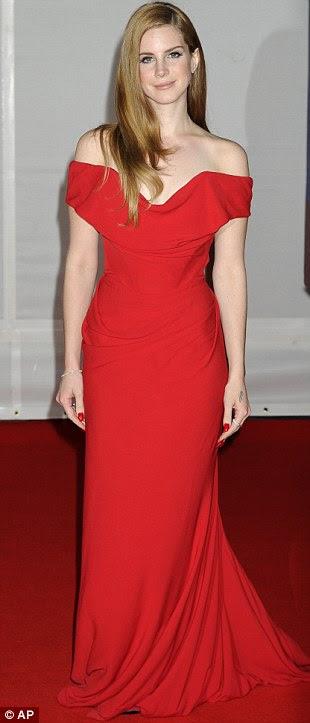 Conjunto bizarro: Fator X vencedor Alexandra Burke optou por um vestido roxo que tinha um painel estranho amarela na parte superior, enquanto a cantora americana Lana Del Rey optou por um vestido off-the-ombro vermelho lindo