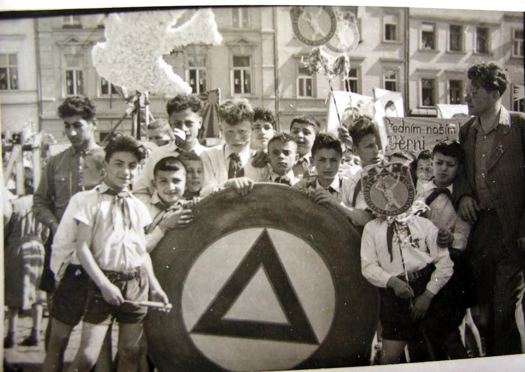 Παιδιά μαχητών του Δημοκρατικού Στρατού Ελλάδας (ΔΣΕ) που έπεσαν στη μάχη για λευτεριά και προκοπή του λαού, στο έδαφος φιλόξενης Λαϊκής Δημοκρατίας (μάλλον Ουγγαρία).