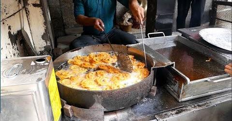 Người Ấn độ xếp hàng ăn bánh chiên ngập dầu, nhúng nước đường