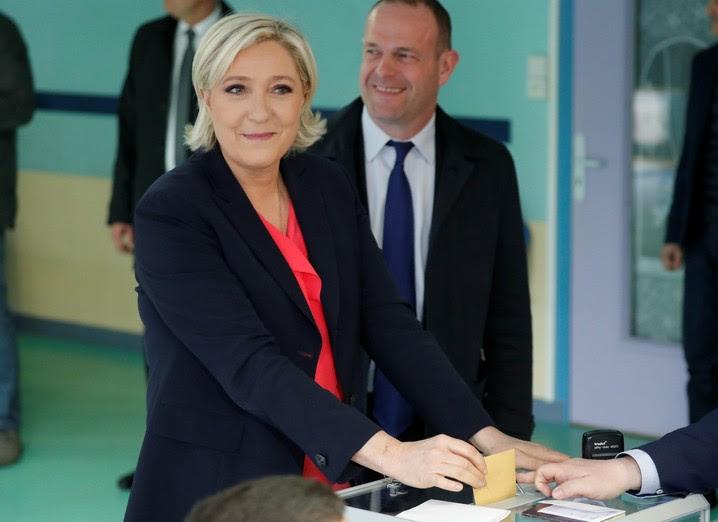 A candidata Marine Le Pen votou em Hénin-Beaumont, ao norte da França