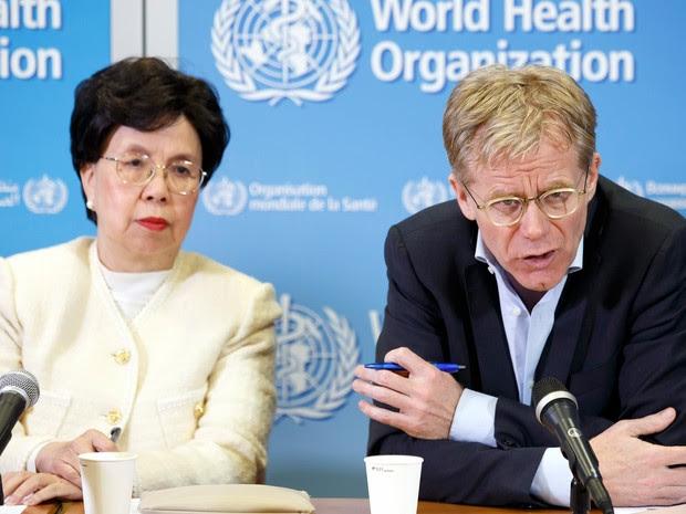 Margaret Chan, diretora-geral da Organização Mundial da Saúde (OMS) ao lado de Bruce Aylward, diretor executivo da OMS encarregado da resposta ao ebola (Foto: Salvatore Di Nolfi/Keystone via AP)