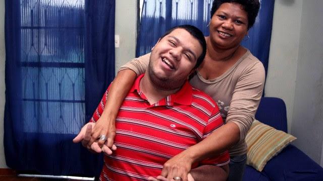 Paulo Igor e mão, a dona de casa Iranice Pinto