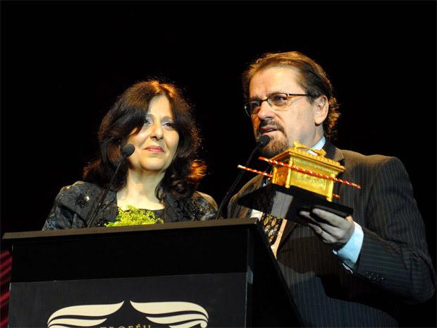 O músico Asaph Borba ao lado da esposa, Rosana Borba: o cantor recebeu um prêmio especial ao final da cerimônia e se emocionou com a homenagem (Foto: Alexandre Durão/Divulgação)