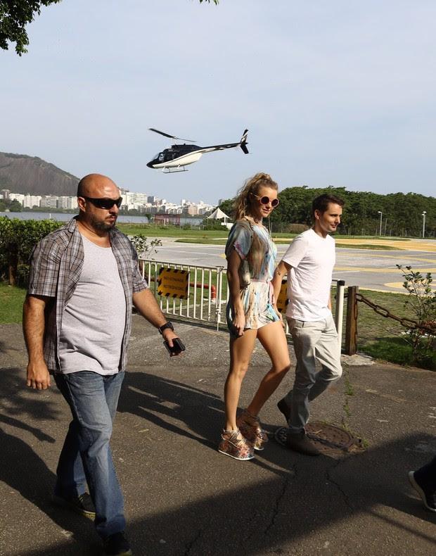 Matthew Bellamy e a namorada (Foto: Gabriel Reis / AgNews)