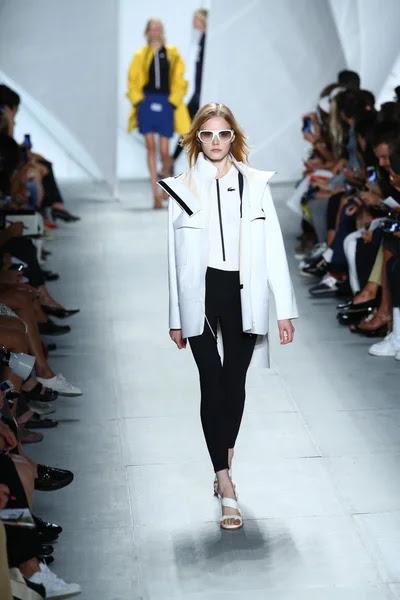 Modelo entra a la pista a lacoste durante la semana de la moda mercedes-benz — Foto de Stock #52986919