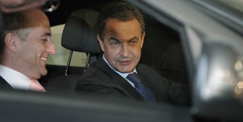 José Luis Rodríguez Zapatero y Miguel Sebastián charlan en un coche (REUTERS)