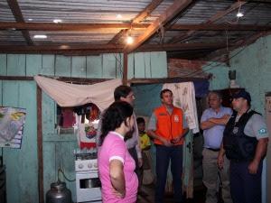Defesa Civil e funcionários da prefeitura de Foz do Iguaçu visitaram casas no bairro Novo Horizonte, onde as pedras de gelo fizeram buracos nas telhas.  (Foto: Divulgação prefeitura de Foz do Iguaçu/ Antonio Lopes)
