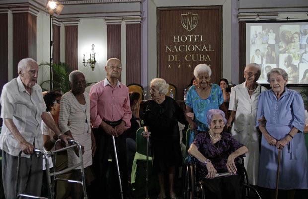 Alcadio Radiyo, de 103 anos, Bertha Poey, 100, Marino Rodriguez, 101, Maria Antonieta Esteva, 102, Zoila Migdalia Caballero, 102, Rosa Maria Cartaya, 104, Graciela Concepcion Caña, 101 e Dulce Maria Turros, 100, participam do Nono Congresso Internacional para a Longevidade Satisfatória, nesta quinta-feira (26), em Havana. Os anfitriões cubanos afirmaram que o segredo de chegar bem aos cem anos são: hábitos saudáveis, boa alimentação, atitude positiva, amor e sorte. (Foto: AP)