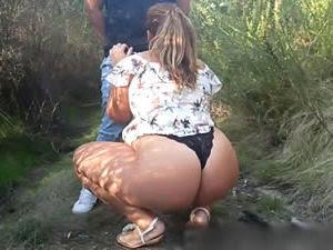 Levou a esposa rabuda para o meio do mato e passou o rodo na safada