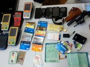 Cartões clonados estavam na casa de um dos suspeitos no bairro Santos Reis, em Parnamirim (Foto: Divulgação/Polícia Civil do RN)