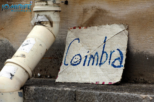 Placa usada para pedir boleia para Coimbra [en] Board used to hitchhike to Coimbra in Portugal