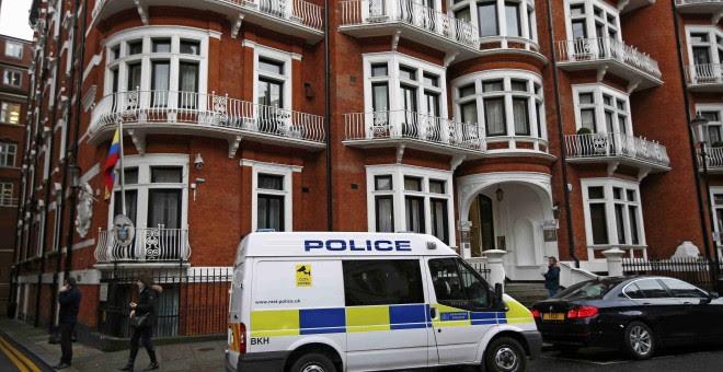 Vehículo policial a las puertas de la Embajada de Ecuador en Londres, en la que Julian Assange se encuentra recluido. REUTERS