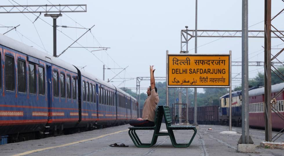 Un empleado del lujoso tren Rajasthan On Wheels huye del ruido en una estación secundaria de Nueva Delhi.