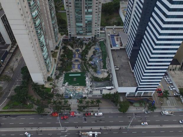 Área de lazer de prédio desaba na Enseada do Sua (Foto: Secundo Rezende/ G1)