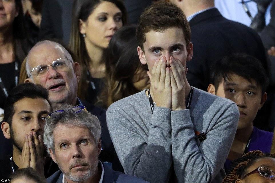 Os hóspedes assistir os resultados no monitor de televisão durante a reunião da noite da eleição do candidato presidencial democrata Hillary Clinton no átrio de vidro Jacob Javits Center fechado