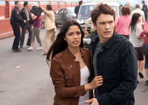 Will Rodman (James Franco) and Caroline Aranha (Freida Pinto) witness the rise of the apes in RISE OF THE PLANET OF THE APES.