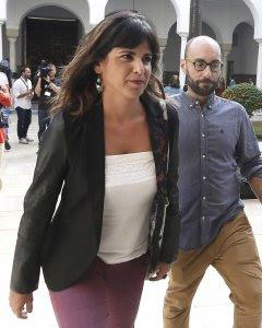 La portavoz de Podemos, Teresa Rodríguez, a su llegada al Parlamento regional en Sevilla momentos antes del inicio de la segunda sesión del debate sobre el estado de la comunidad, el primero que se celebra en Andalucía con la participación de cinco grupos