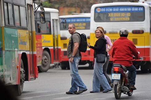 hình ảnh người nước ngoài khi qua đường ở Vn