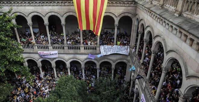 Unos 3.000 estudiantes ocupan el edificio histórico de la Universidat de Barcelona. XAVI HERRERO