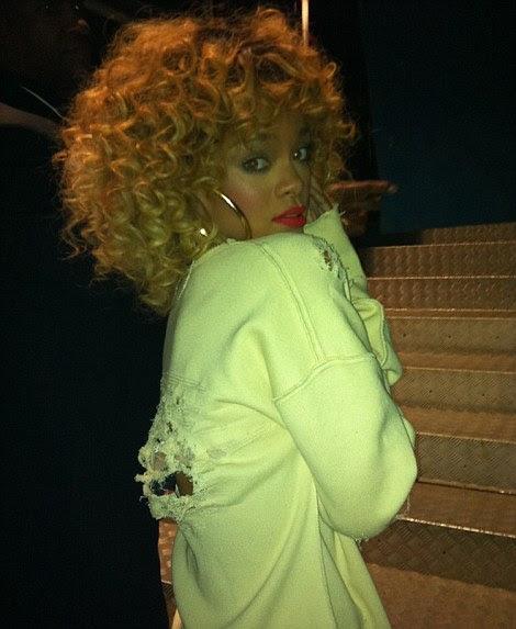 Que confusão: a coreógrafa de Rihanna tuitou esta foto da estrela antes de sua performance, e seu traje depois, incluindo a peruca loira tinta salpicada