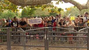 Ver vídeo  'Varios centenares de personas piden la dimisión de los diputados'