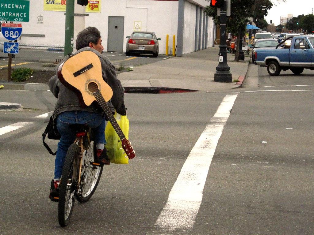 Guitarra y bici.