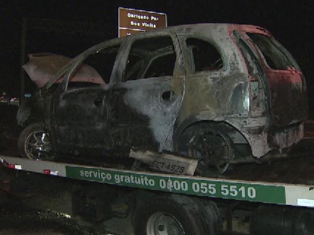 Carro pegou fogo na Rodovia dos Tamoios em Caraguatatuba (Foto: Reprodução/ TV Vanguarda)