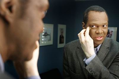 58d2beebc Lee Thomas. يخفي الباقي بلبس. Lee Thomas. معاناة مايكل جاكسون مع البهاق.  vitiligo2.jpg Michael Jackson (vitiligo) ...